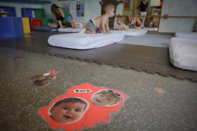 Diversos nens es disposen a descansar a l'Escola Infantil Glòria Fortes, el dia de la seva reobertura després de l'aturada pel coronavirus a Arganda del Rei, Madrid (Espanya), a 1 de juliol.