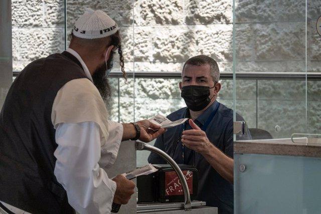 Coronavirus.- Israel supera los 2.000 contagios diarios por primera vez en un me