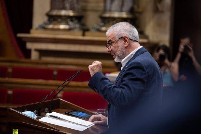 """El president del Grup Ciutadans en el Parlament, Carlos Carrizosa, durant la seva intervenció en un ple extraordinari en el Parlament de Catalunya per debatre sobre """"la situació política creada per la crisi de la monarquia"""" a 7 d'agost de 2020."""