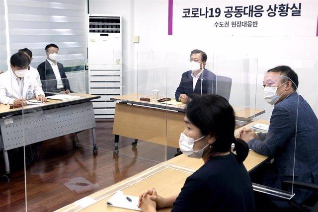 El presidente de Corea del Sur, Moon Jae In, en el centro de la imagen