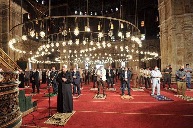 Coronavirus.- Las mezquitas de Egipto reabren sus puertas cinco meses después pa