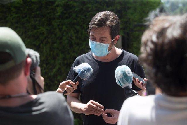 El diputado de Unidas Podemos Rafa Mayoral ofrece declaraciones a los medios de comunicación tras haber asistido a la reunión de trabajadores de Alcoa con el comité de empresa en la planta de San Cibrao, Lugo, Galicia (España), a 22 de julio de 2020.