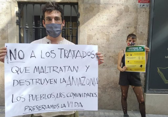 Jóvenes protestan ante la Embajada de Brasil en Madrid contra incendios en la Am