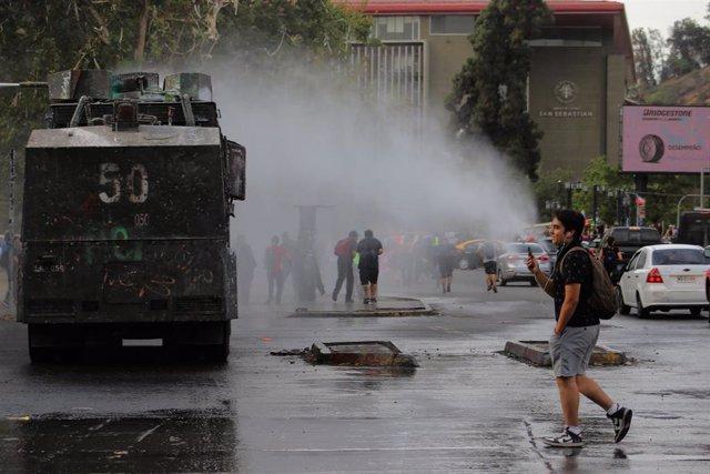 Cañón de agua durante las protestas en Chile