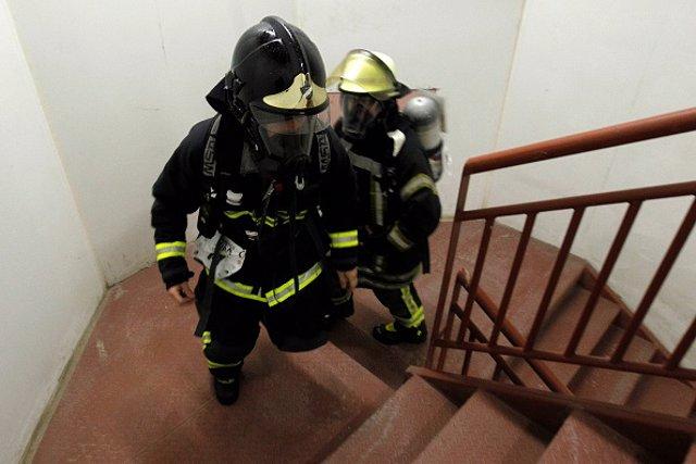 Imagen dos bomberos en Chile.
