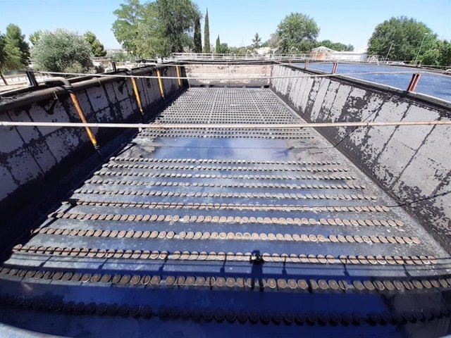 Aguas de Alcázar renueva el sistema de difusores en la Estación Depuradora de Aguas Residuales por otros de última tecnología