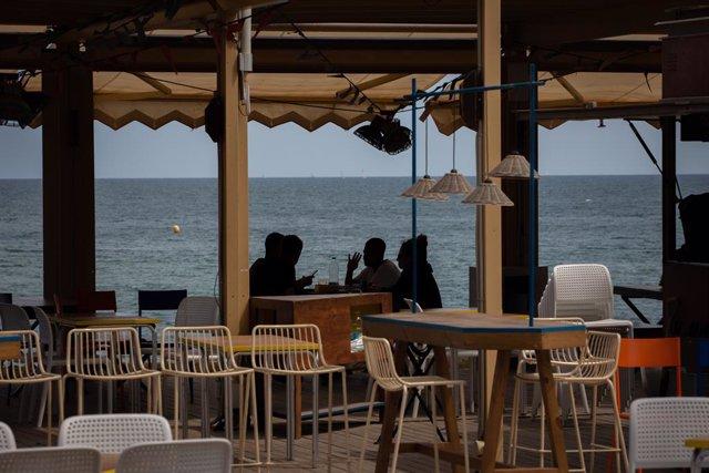 Diverses persones en la terrassa d'un bar de Barcelona