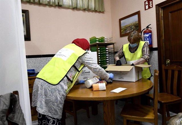 Voluntarios en la Obra Social Nazaret donde la Fundación for Islamic Culture and Religious Tolerance (FICRT) junto con la Confesión Religiosa Islámica Al-Tasamoh y la Mezquita de Sheikh Zayed bin Soltan preparan bolsas de comida para donar más de 11 tonel