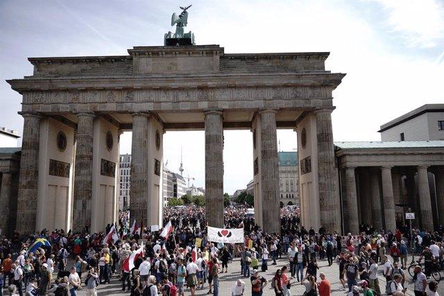 Coronavirus.- Un millar de personas inician una disputada marcha en Berlín para
