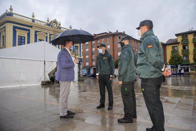El presidente del Principado, Adrián Barbón, con agentes de la Guardia Civil en Laviana