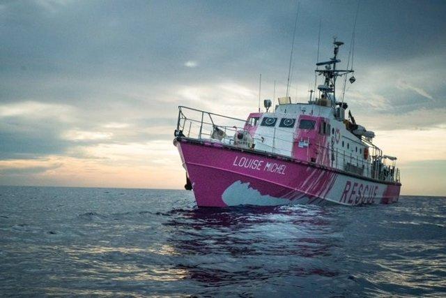 El vaixell de rescat 'Louise Michel' finançat i pintat per Banksy