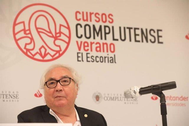 El ministro de Universidades, Manuel Castells, durante la sexta jornada de la XXXIII Edición de los Cursos de Verano en San Lorenzo de El Escorial, Madrid (España).