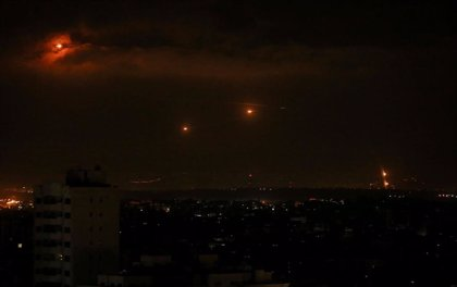 Israel reanuda sus ataques sobre Gaza en respuesta a los globos incendiarios de Hamás