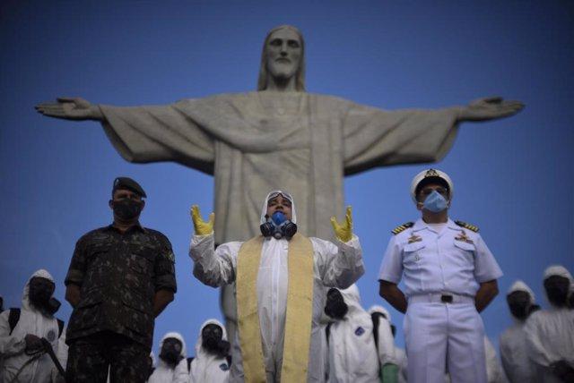 Personal militar durante las labores de desinfección del Cristo de Corcovado, una de las zonas más turísticas de Río de Janeiro.