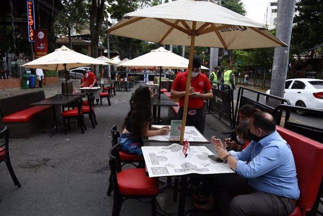 Algunos restaurantes han comenzado a abrir sus puertas en varios puntos de la geografía colombiana, tras cinco meses cerrados por la crisis sanitaria del nuevo coronavirus.