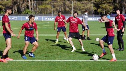 Fútbol.- El Huesca entrena sin contacto tras el positivo de Oyarzabal