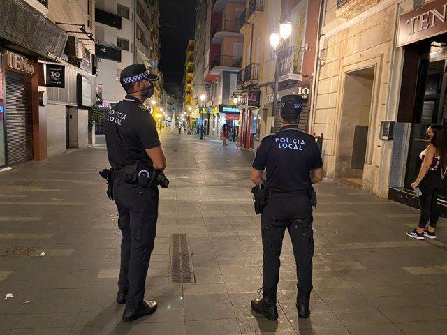 Dos agentes de la Policía Local de Alicante en el centro de la ciudad.