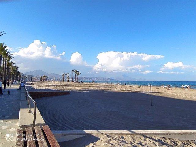 Playa de San Juan y al fondo Mutxavista.