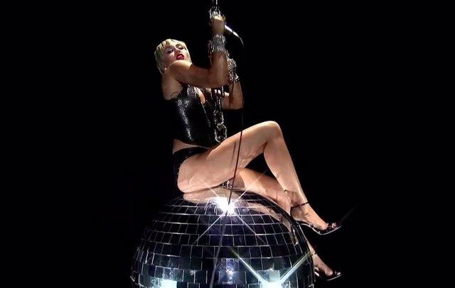 VÍDEO: Miley Cyrus rememora su Wrecking Ball en su actuación en los VMAs 2020