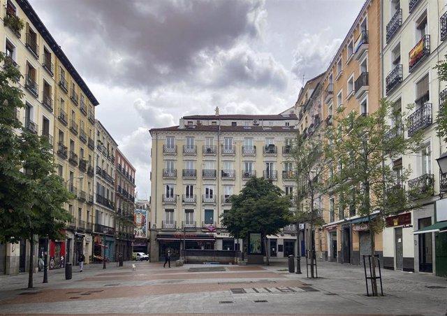 Plaza de Chueca vacía en el día 61 del estado de alarma, todavía en la Fase 0 de la desescalada prevista por el Gobierno durante la pandemia del coronavirus. En Chueca no se celebrará la fiesta del Orgullo debido a la crisis del COVID-19. En Madrid (Españ