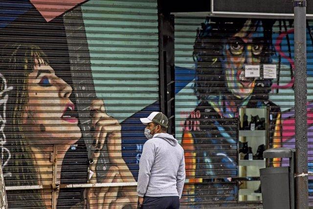 Un hombre con mascarilla en Buenos Aires