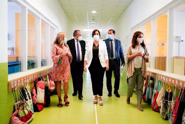 La presidenta de la Comunidad de Madrid, Isabel Díaz Ayuso (c), acompañada por el consejero de Educación y Juventud, Enrique Ossorio (2i), durante su visita al Colegio Público bilingüe El Bercial en Getafe (Madrid)