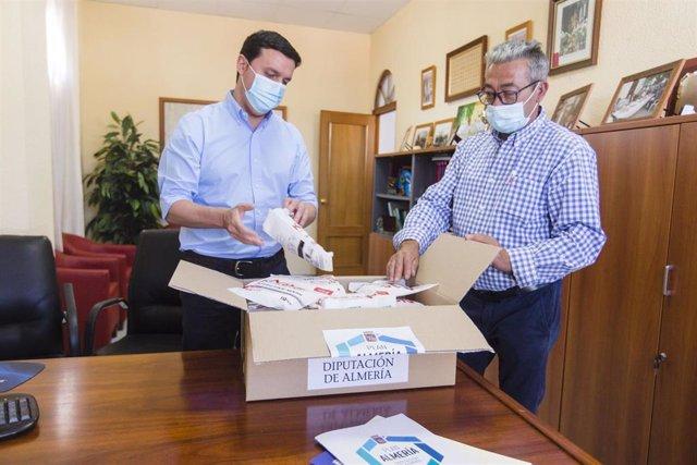 El presidente de Diputación en Íllar con el reparto de material higiénico sanitario del programa Cerca