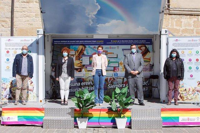 I-D- Carlos Montoya, representante del colectivo LGTBI+ Zona Media 'Laiak'; Maite Garbayo, alcaldesa de Olite; María Chivite, presidenta de Navarra; Javier Remírez, consejero de Igualdad, y Eva Istúriz, directora gerente del INAI.