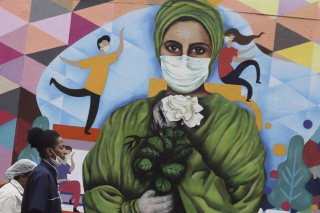Mural pintado en honor a los trabajdores del sector sanitario por su labora durante la pandemia, en Sao Paulo (Brasil).