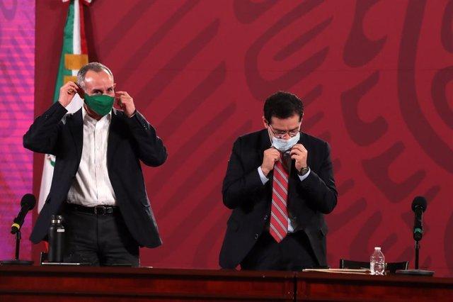 El subsecretario de Prevención y Promoción de la Salud del Gobierno de México, Hugo López-Gatell, y el director del Instituto de Seguridad y Servicios Sociales de los Trabajadores del Estado (ISSST), Luis Antonio Ramírez.