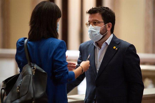 El vicepresident de la Generalitat, Pere Aragonès, parla amb la diputada d'ERC, Marta Vilalta, abans del ple extraordinari al Parlament del 7 d'agost del 2020.