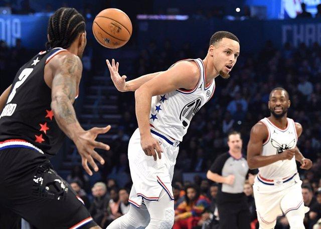 Baloncesto/NBA.- Stephen Curry asegura que se arrodillará durante el himno la pr