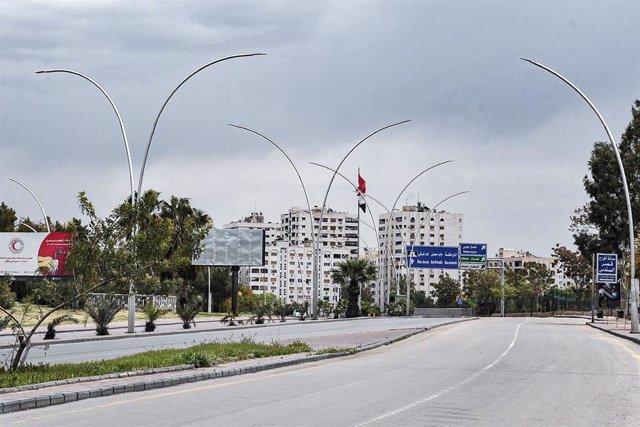 Una avenida de Damasco vacía por el toque de queda impuesto por la pandemia de coronavirus