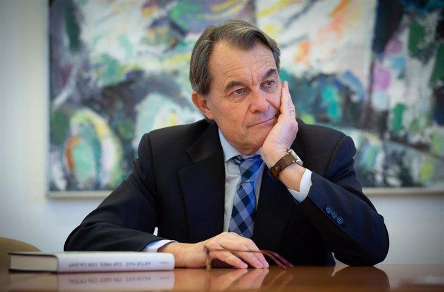 El expresidente de la Generalitat catalana entre 2010 y 2016,  Artur Mas, posa en una entrevista para Europa Press en el Parlament de Cataluña.
