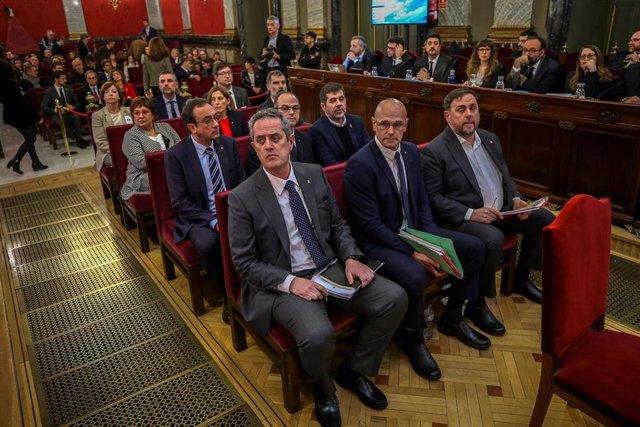 """Los doce líderes independentistas acusados por el proceso soberanista catalán que derivó en la celebración del 1-O y la declaración unilateral de independencia de Cataluña (DUI), en el banquillo del Tribunal Supremo al inicio del juicio del """"procés"""". En l"""