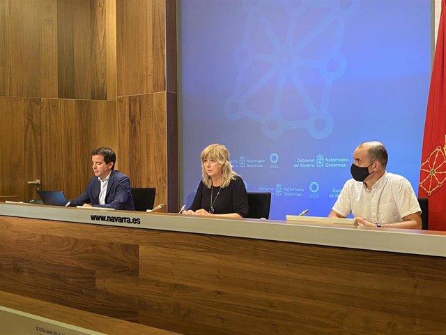 La consejera Ana Ollo junto al director general de Acción Exterior, Mikel Irujo, (izqda.) y el autor del informe Mikel Casares (dcha.)