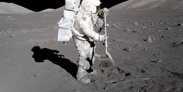 """El polvo se adhiere a las botas del astronauta y geólogo del Apolo 17 Harrison """"Jack"""" Schmitt en 1972"""