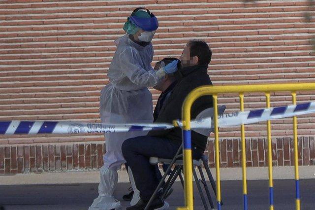Una sanitaria le realiza a un trabajador de servicios esenciales un test rápido de coronavirus, foto de archivo