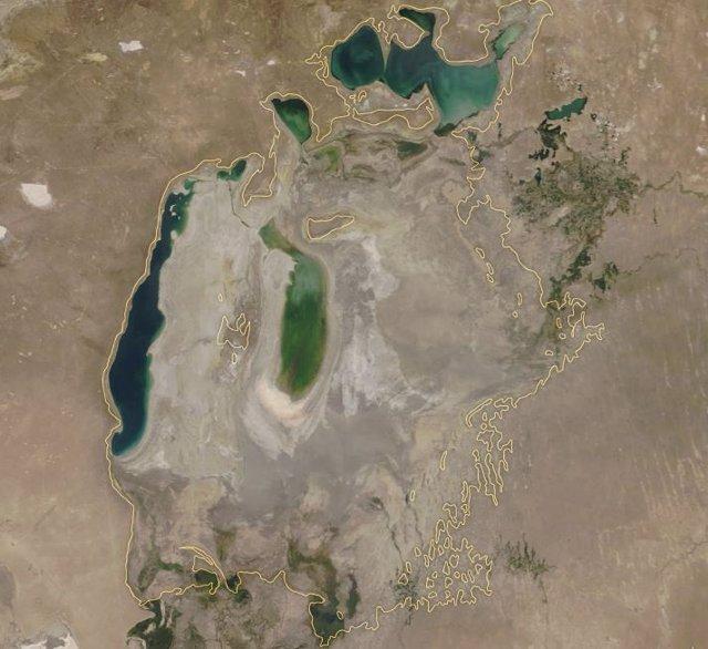 El Mar de Aral en 2018. Marcado alrededor su contorno antes de la desecación
