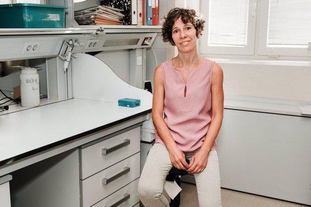 La investigadora Elena Gómez-Díaz, del Instituto de Parasitología y Biomedicina López-Neyra (CSIC)