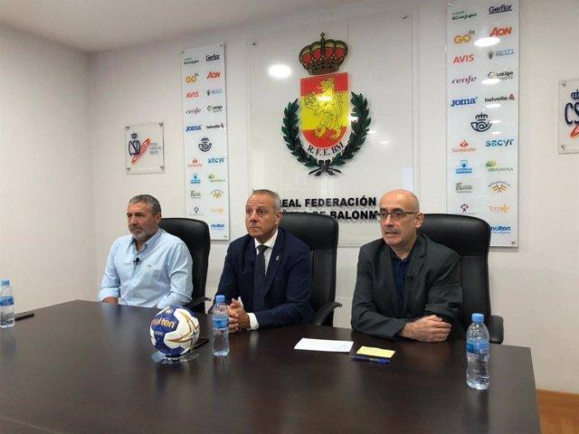 El seleccionador nacional femenino, Carlos Viver, el presidente de la RFEBM, Francisco Blázquez, y el seleccionador nacional masculino, Jordi Ribera, en rueda de prensa