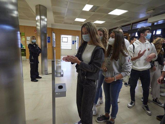 Una alumna de la UPNA se desinfecta las manos en un dispensador de gel hidroalcohólico a su entrada a las instalaciones de la Universidad el día en el que se celebra la apertura del curso 2020-2021, en Pamplona, Navarra (España), a 1 de septiembre de 2020