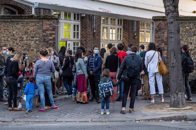 Coronavirus.- Francia contempla bajas para los padres si la escuela o la clase d