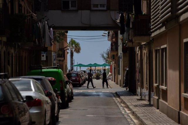 Coches aparcados en una calle de Barcelona.