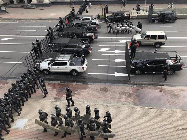 Policías desplegados en la plaza de la Independencia en Minsk