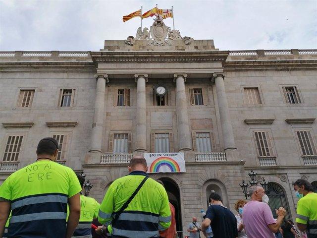 Uns 200 treballadors d'Acciona Facility Services, subcontracta de Nissan en les plantes de Barcelona, es manifesten a la plaça Sant Jaume de Barcelona, l'1 de setembre de 2020.