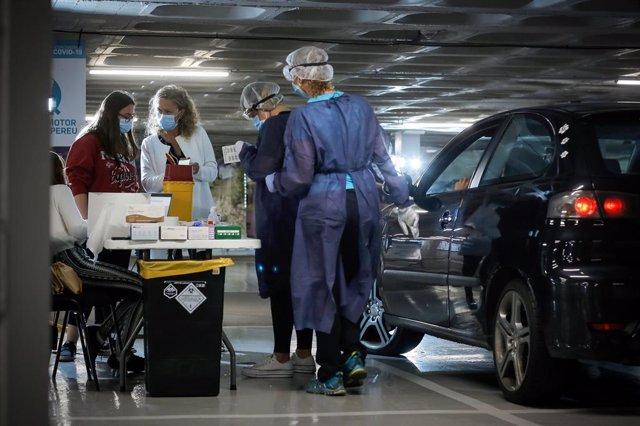 Personal sanitari atén als membres de la comunitat educativa en un stoplab.