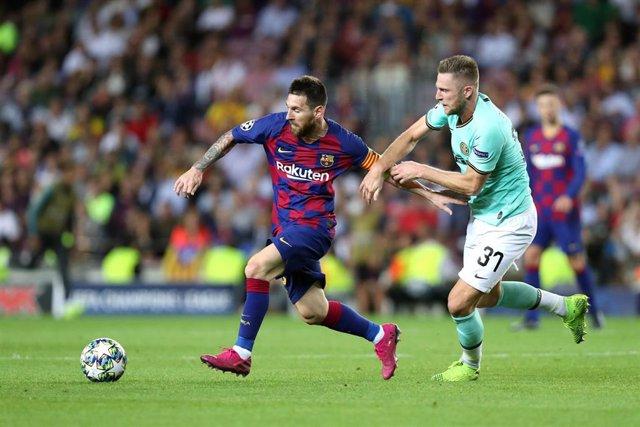 Lionel Messi ante Milan Skriniar en un Barça-Inter