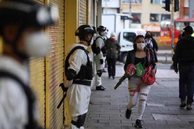 Controles de la Policía y del Ejército en las calles de Bogotá, durante la cuarentena al inicio de la pandemia.