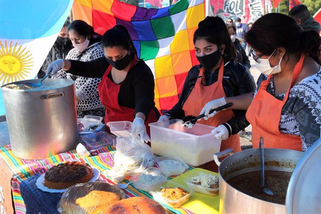 Un colectivo de vecinos de la ciudad de Buenos Aires reparte comida entre los más necesitados durante la crisis provocada por la COVID-19.